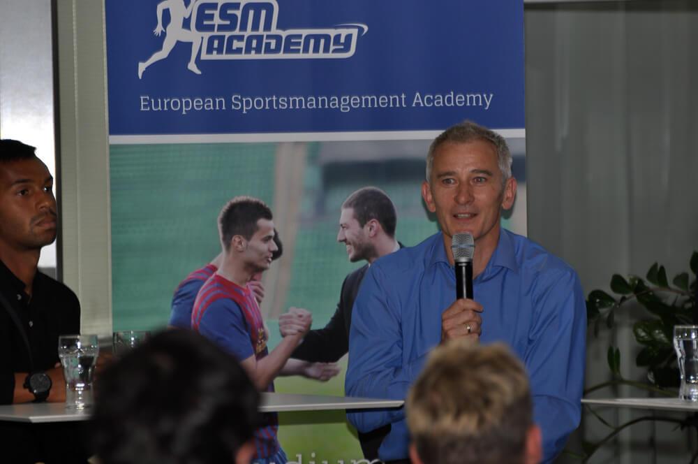Dr. Thomas Roßberger erläutert unser Sportmanagement Studium.