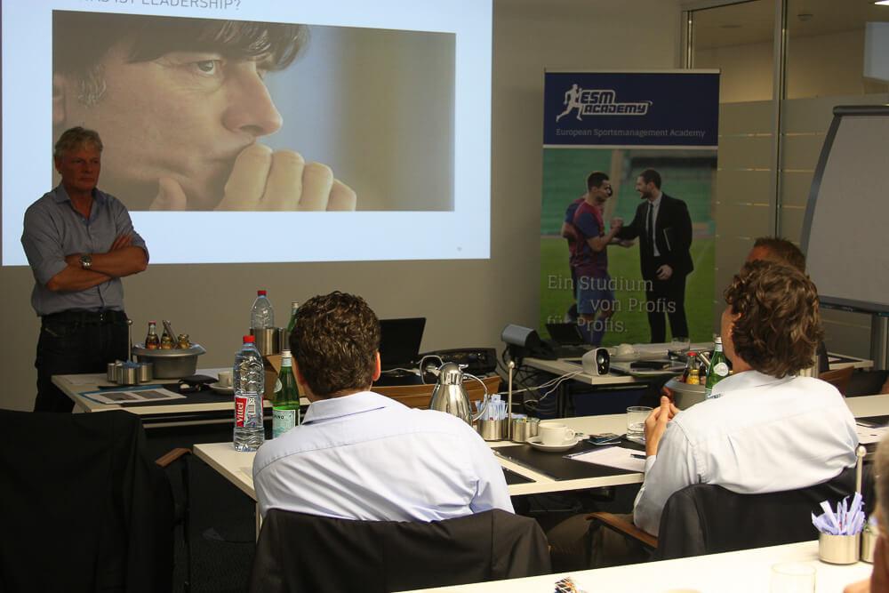 Matthias Malessa von Adidas hält einen Vortrag über Leadership.