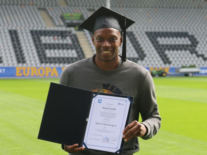 Karim Guédé erhält sein Zertifikat als Sportmanager