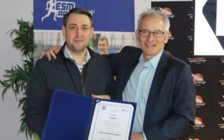 Sebastian Lübeck erhält sein Zertifikat zum Sportmanager