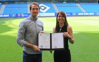 René Adler erhält sein Zertifikat als Sportmanager