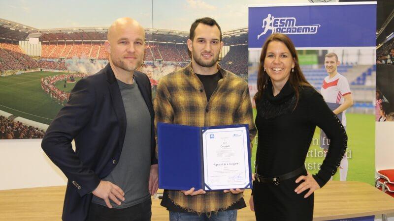 Levin Öztunali erhält sein Zertifikat