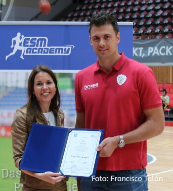Krešimir Lončar erhält sein Zertifikat als Sportmanager