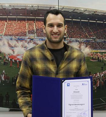 Levin Öztunali hat die Prüfung erfolgreich bestanden und ist Sportmanager.