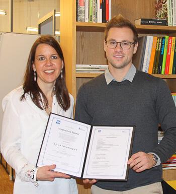 Maximilian Beister hält sein Sportmanagement Zertifikat in den Händen.