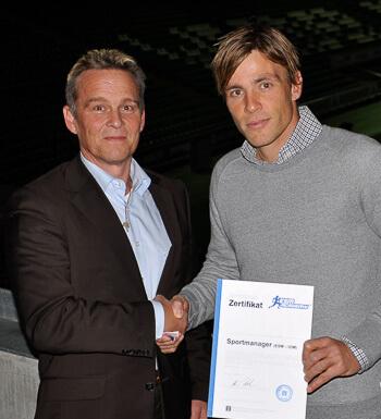 Clemens Fritz bekommt sein Sportmanagement Zertifikat übergeben.