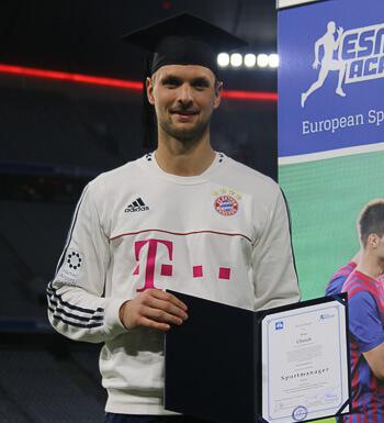 Bayern Keeper Sven Ulreich bei seiner Zertifikatsübergabe.