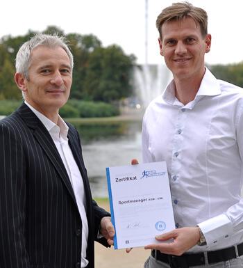 Tim Borowski erhält sein Sportmanagement Zertifikat.